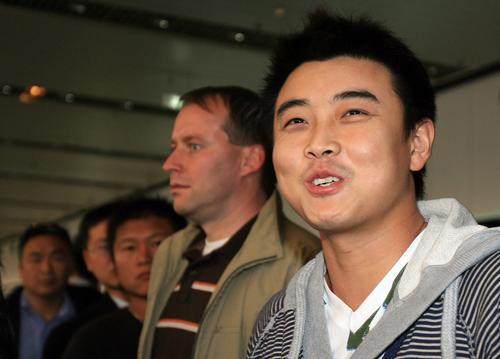 图文:[乒乓球]男乒载誉回国 王皓笑对媒体采访