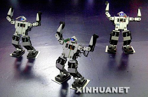 器人受欢迎 新华社照片,深圳,2007年10月16日 高交会上的娱乐机器人受欢迎 10月15日,一组娱乐机器人在高交会上表演现代舞蹈。一批具有自主知识产权的娱乐类机器人在深圳举行的第九届高交会上亮相,它们表演聊天、唱歌、跳舞等节目,吸引人们关注。新华社记者周文杰摄