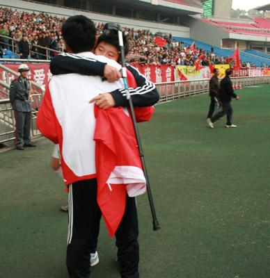 图文:[亚青赛]中国1-0韩国 高明荣马晓旭拥抱