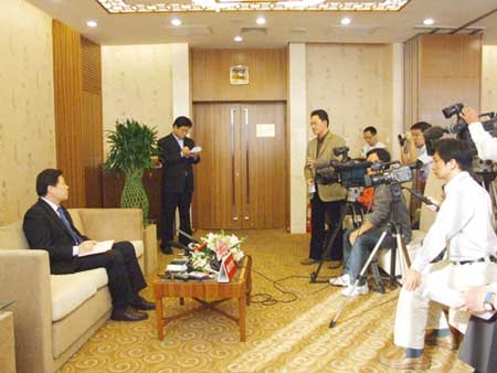 组图:20位代表在新闻中心接受中外记者采访