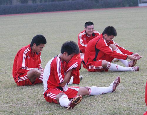 图文:国奥队香河最后一练 训练场欢声笑语