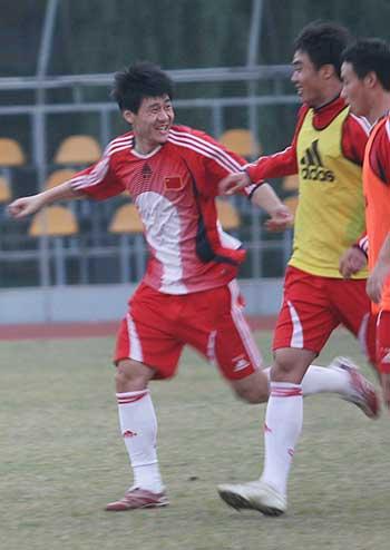 图文:国奥队香河最后一练 球员进球后欣喜若狂