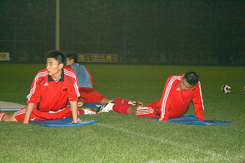 李玮峰(左)训练中一丝不苟