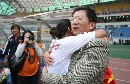 图文:[亚青赛]玫瑰庆祝胜利 杨一民与队员庆祝