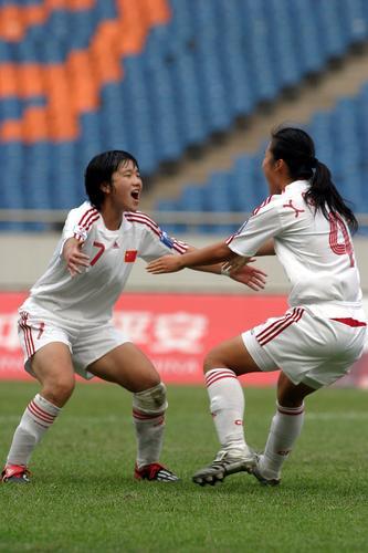 图文:[亚青赛]玫瑰庆祝胜利 进球后欣喜万分