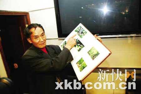 ■周正龙展示他拍的华南虎资料。