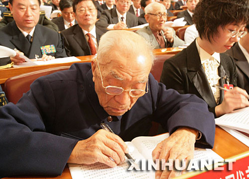 10月15日,97岁的方强在北京人民大会堂认真听取胡锦涛报告。