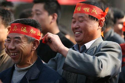 10月16日,由河南省许昌县灵井镇兴源铺村农民赵兰卿执导的奥运献礼片《超级拉拉队》正式开机,图为部分农民演员。