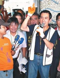 """国民党""""总统""""参选人马英九,昨天下午到台东县新港渔港码头,体验旗鱼拍卖过程。图片来源:台湾《联合报》"""