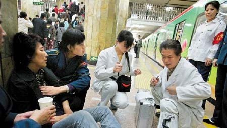 在地铁站员工的看护下,急救医生对病人检查