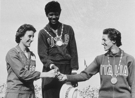 图文:百年奥运回顾图片 运动员领奖台上握手