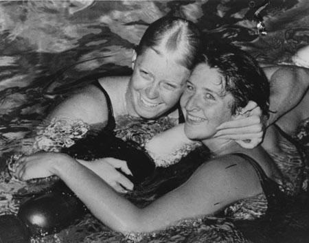 图文:百年奥运回顾图片 奥运泳池中的友谊