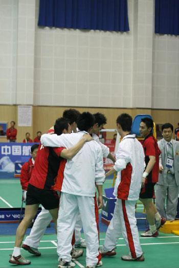 图文:六城会羽毛球团体赛决赛 厦门队庆祝胜利