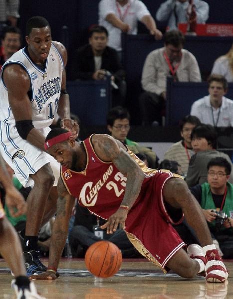 图文:[中国赛]魔术90-86骑士 詹姆斯带球失误