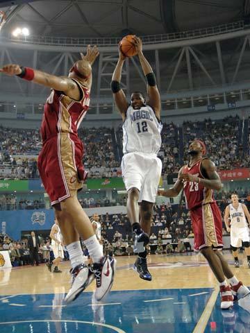 图文:[中国赛]魔术90-86骑士 霍华德拼抢篮板