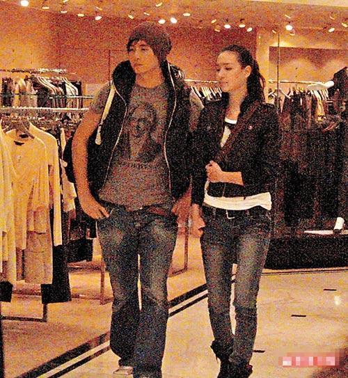 郑元畅和Liv路经连卡佛百货时,已开始并肩行。