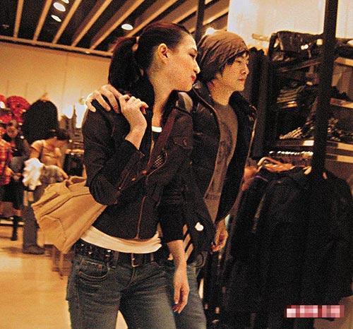郑元畅搭混血女模Liv肩膀到铜锣湾Zara时装店时,后者更亲昵地勾他手指。
