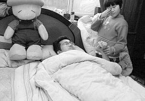 瘫痪父亲躺在床上