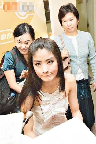 陈慧琳的经理人钟珍(右)否认是因奖项问题而不续约。