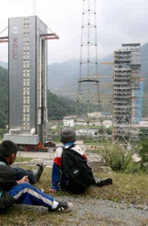 昨日,三个小学生在西昌卫星发射中心旁玩耍
