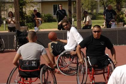 图文:[NBA]马刺参加活动 轮椅篮球大战