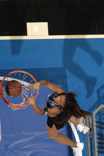 图文:NBA中国赛啦啦队 魔术美女疯狂扣篮