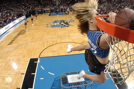 图文:NBA中国赛啦啦队 魔术美女秀扣篮