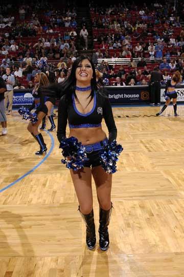 图文:NBA中国赛啦啦队 魔术美女舞动全场
