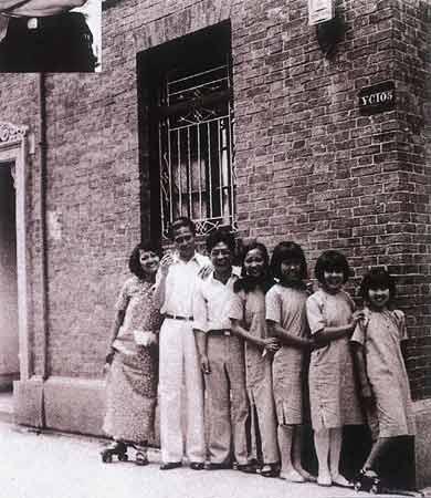 1931年联华影业公司歌舞班学员在住所弄堂合影,左起:黎莉莉、黎锦光、聂耳、王人美、黎明健、余知乐、白虹