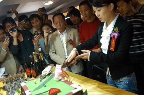潘晓婷/图文:丁俊晖台球俱乐部开业 潘晓婷切蛋糕