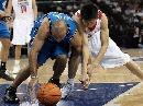 图文:中国明星VS魔术 双方倒地拼抢