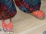 杨丽萍穿着色彩艳丽的民族鞋