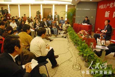 十七大代表、中国人民银行行长周小川 接受BBC 等媒体采访。何萌摄