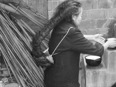 老妇伦囹�a�M_六旬老妇头发长2.2米重2公斤 像背竹篓一样(图)