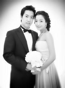 金喜善和朴周永在二十多位亲友的见证下,于韩国首尔广壮洞华克山庄酒店举行了秘密的订婚仪式。
