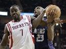 图文:[NBA]火箭vs小牛 詹姆斯与哈塞尔拼抢