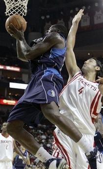 图文:[NBA]火箭vs小牛 斯科拉阻击巴斯
