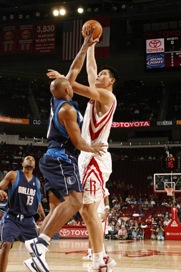 图文:[NBA]火箭vs小牛 姚明钩手出手