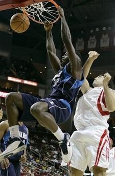 图文:[NBA]火箭vs小牛 巴斯飞身怒扣