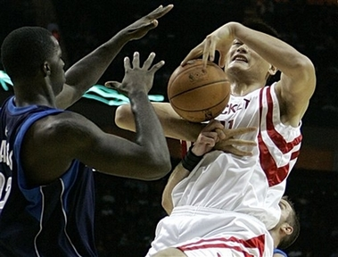 图文:[NBA]火箭vs小牛 姚明遭遇恶意待遇