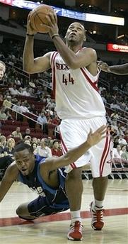 图文:[NBA]火箭vs小牛 莫里斯-埃格阻击海耶斯