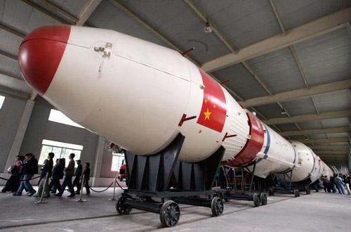 """大批游客正在参观""""长征三号""""实体运载火箭"""