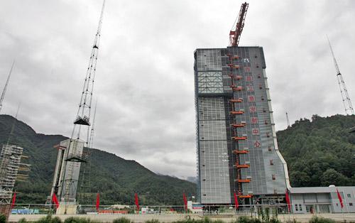 10月18日,长征3A火箭和嫦娥一号卫星矗立在西昌卫星发射中心等待升空。