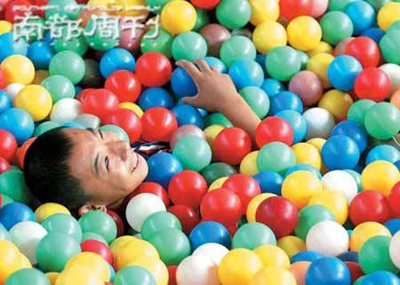 2006年8月23日上午,北京特奥运动员获赠3万元工体娱乐门票,玩得十分开心。    IC