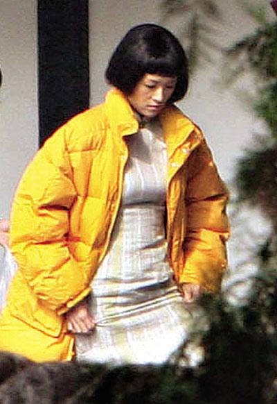 章子怡穿一身旗袍,外套黄色羽绒服