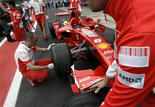 图文:[F1]巴西大奖赛赛前 法拉利检查轮胎