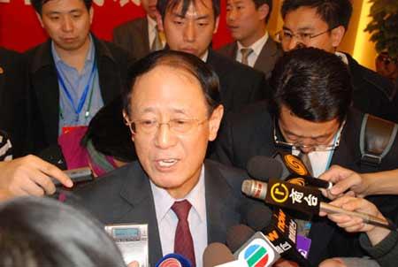 19日部分十七大代表在新闻中心接受记者采访
