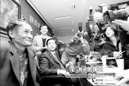 周正龙,52岁,农民,曾经是猎人,2006年担任陕西省华南虎调查队的向导。据陕西省林业厅12日公布,周正龙在今年10月3日在镇坪县山上拍摄到了野生华南虎照片。