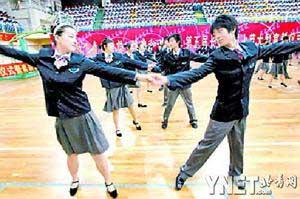 ■同学们跳起校园华尔兹
