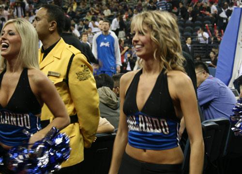 图文:[NBA中国赛]骑士VS魔术 啦啦队开怀大笑